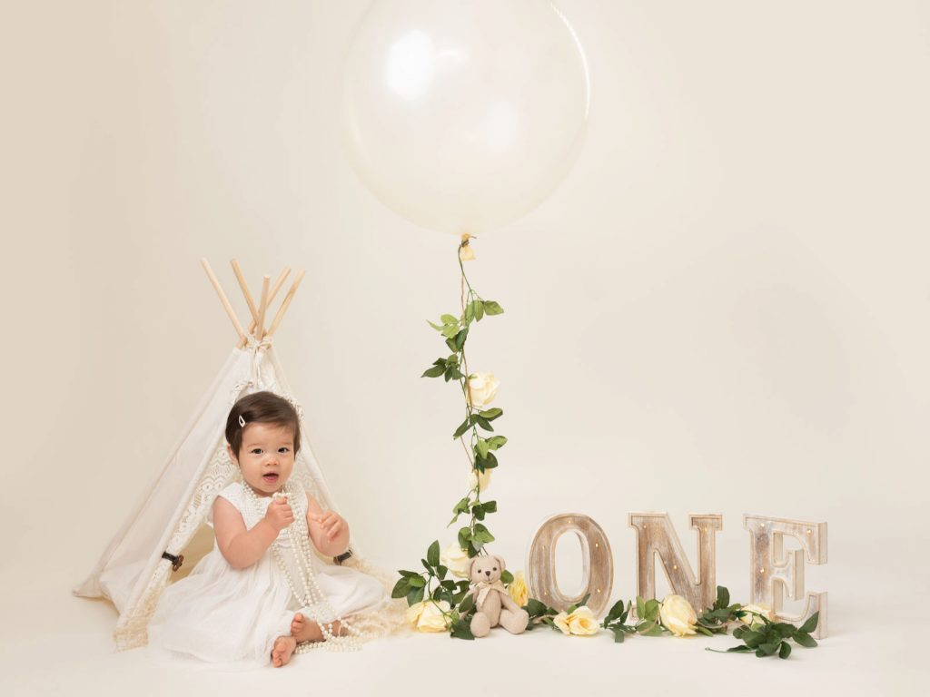 big balloon and white pearls cake smash photography